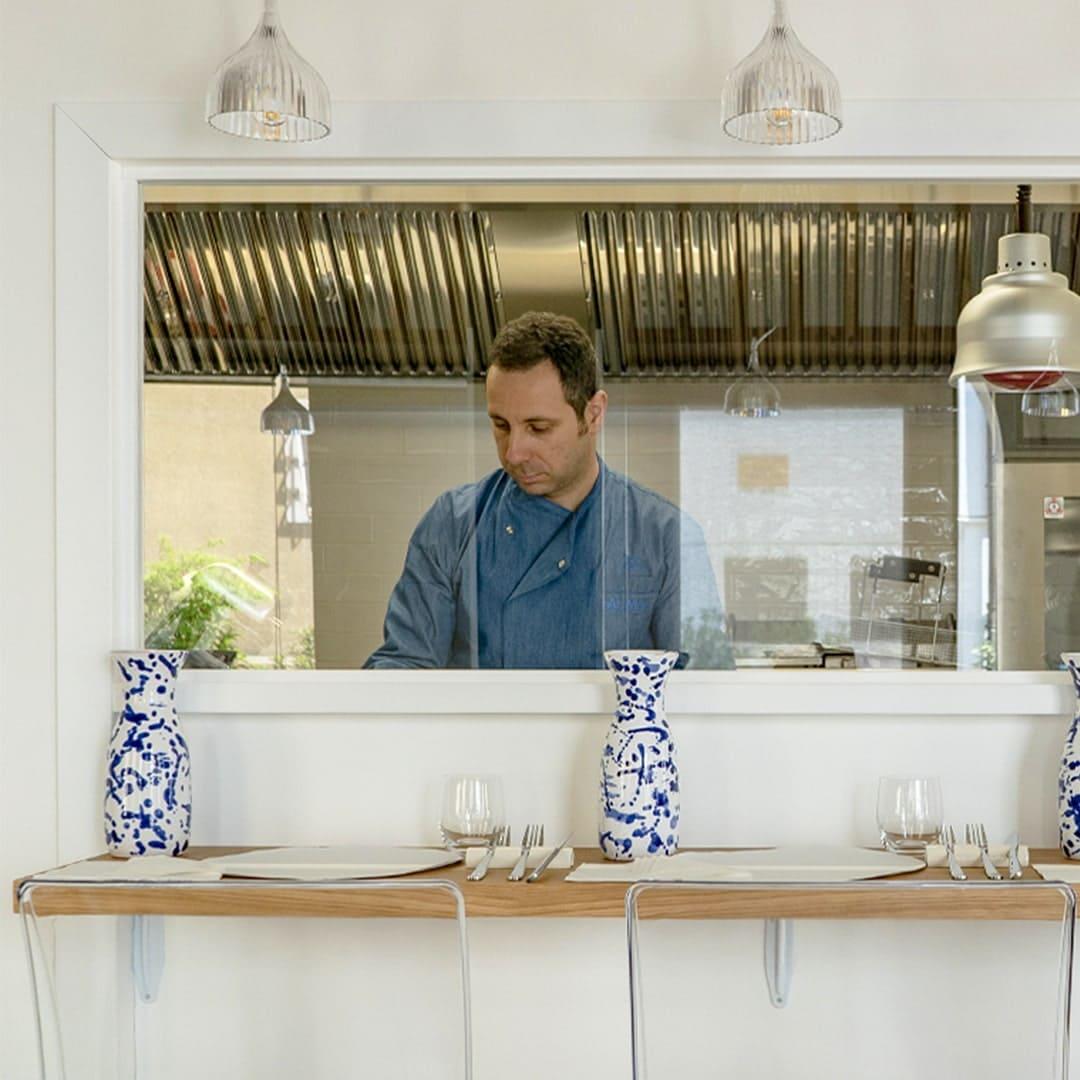 Lo chef di Alma Treviso nella sua cucina a vista